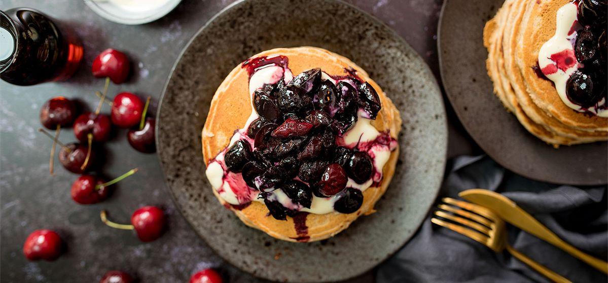 Pancake vegani al burro di mandorle con ciliegie al forno
