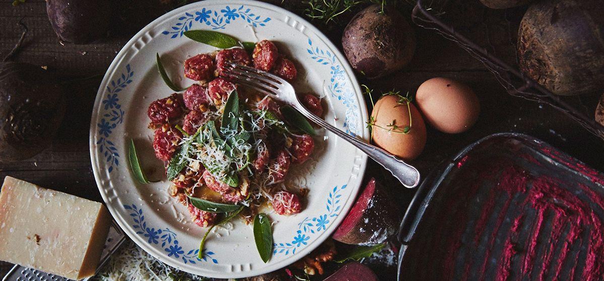 Gnocchis de betterave et beurre aux noix et à la sauge