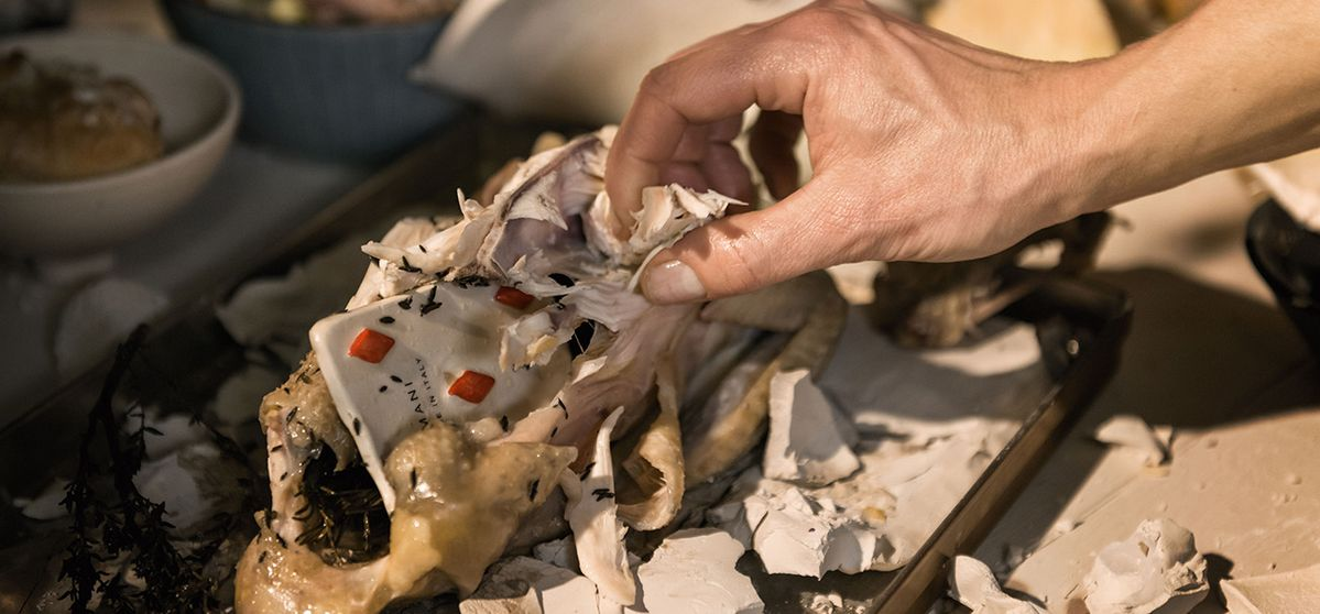 Poulet en croûte d'argile et légumes d'automne