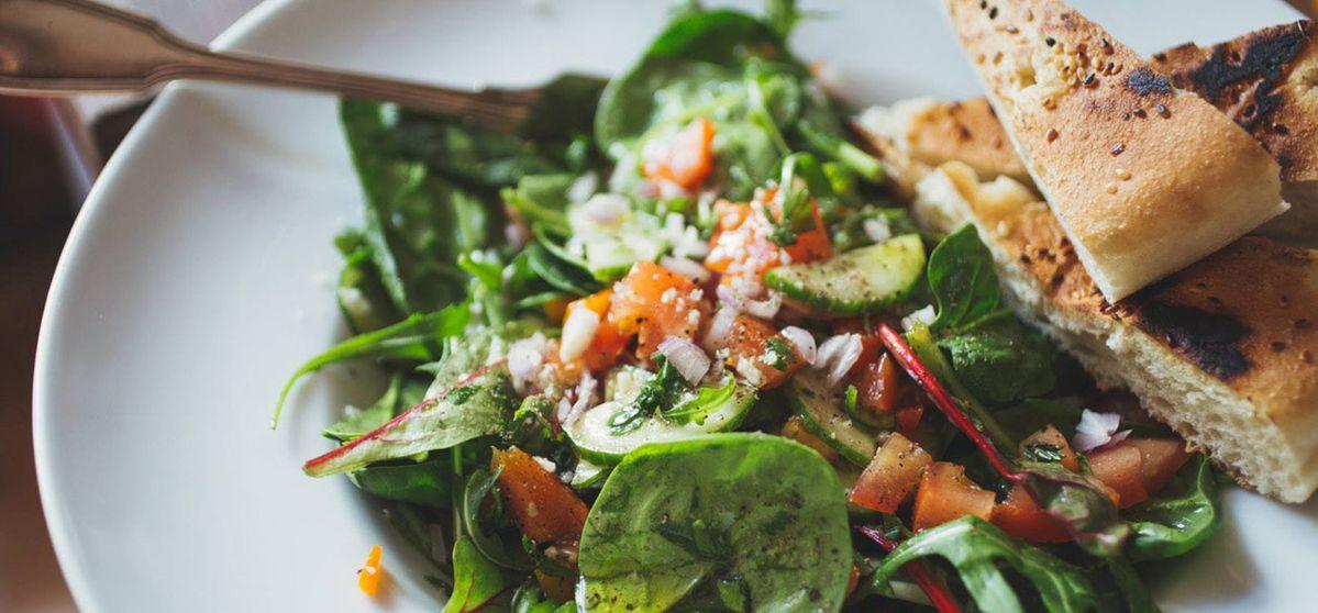 Bunter Salat mit Sumach und Kräutern