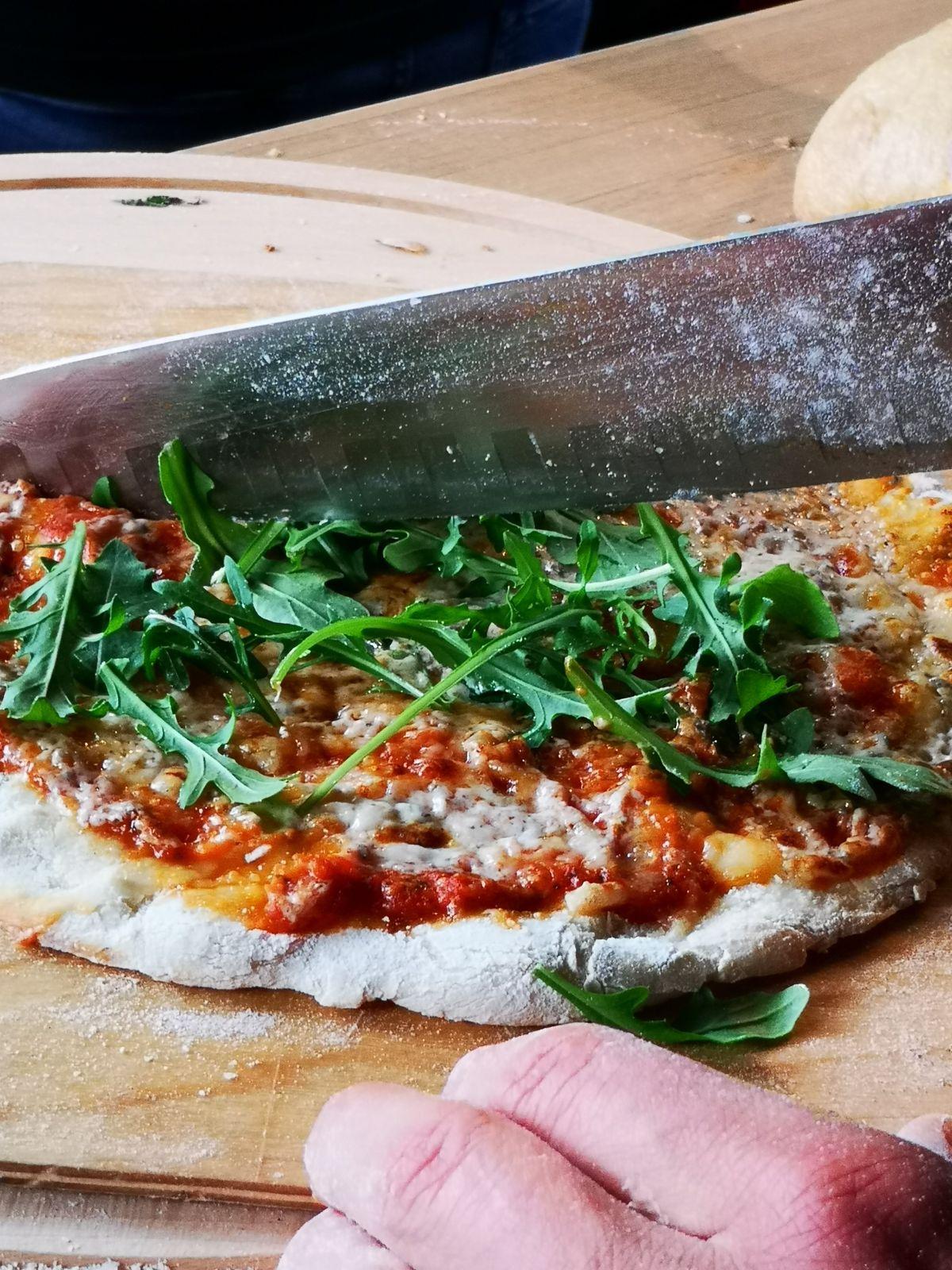 Pizza met mascarpone, prosciutto crudo, Grana padano en truffel