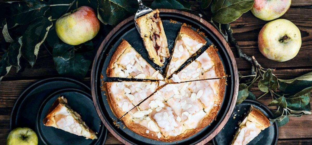 Gedeckter Apfelkuchen mit Mandeln und Cranberries