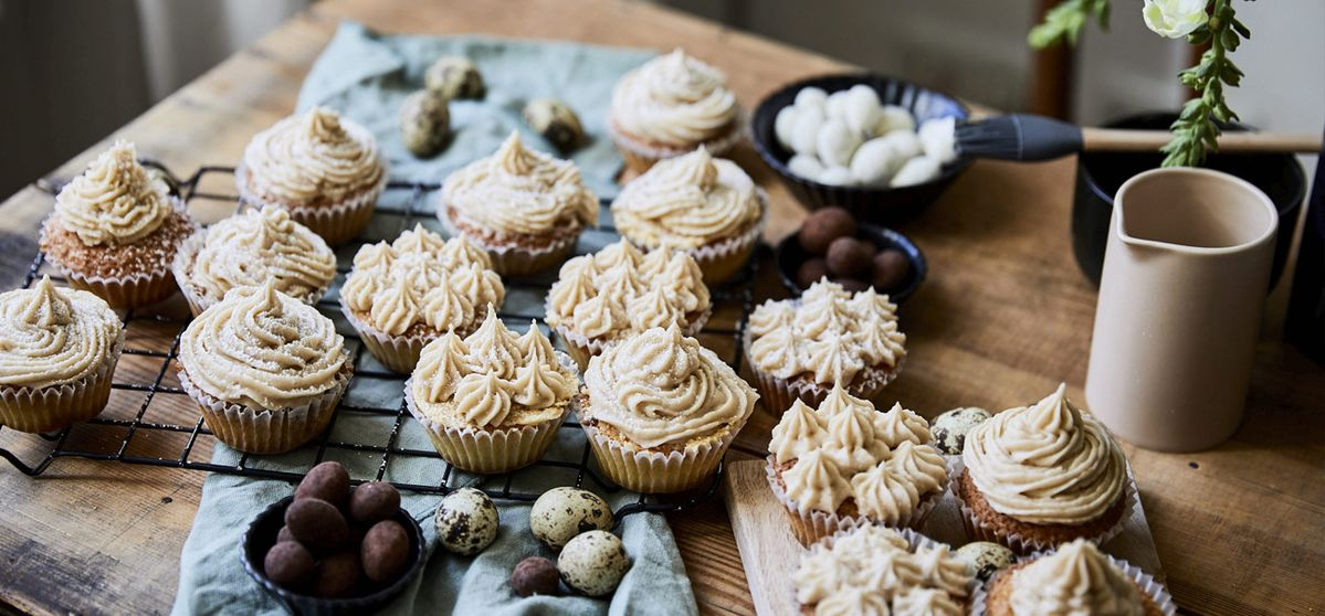 Vanille Cupcakes mit Schokoladenfüllung und Karamellbuttercreme