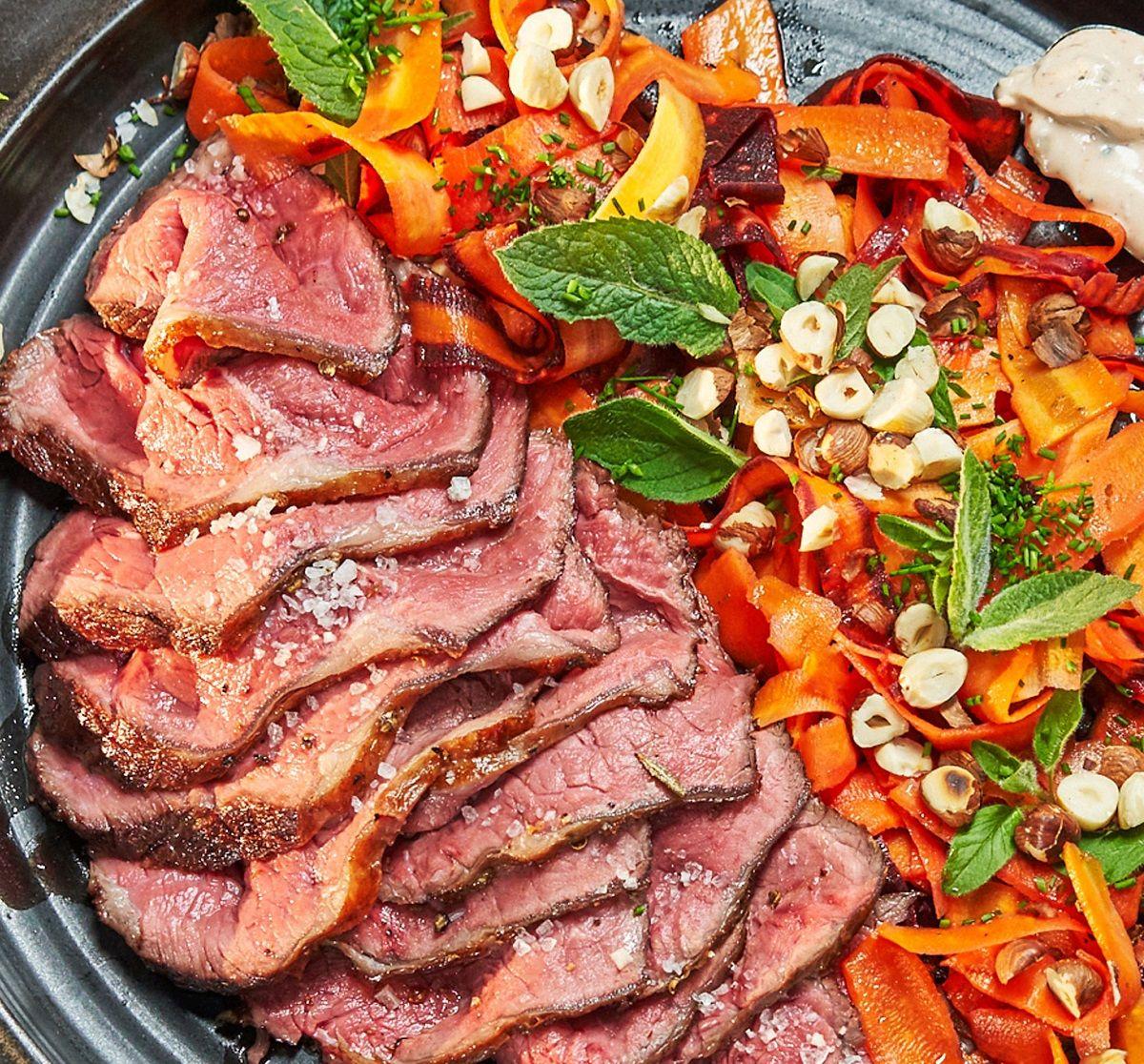 Rindersteak auf buntem Karottensalat