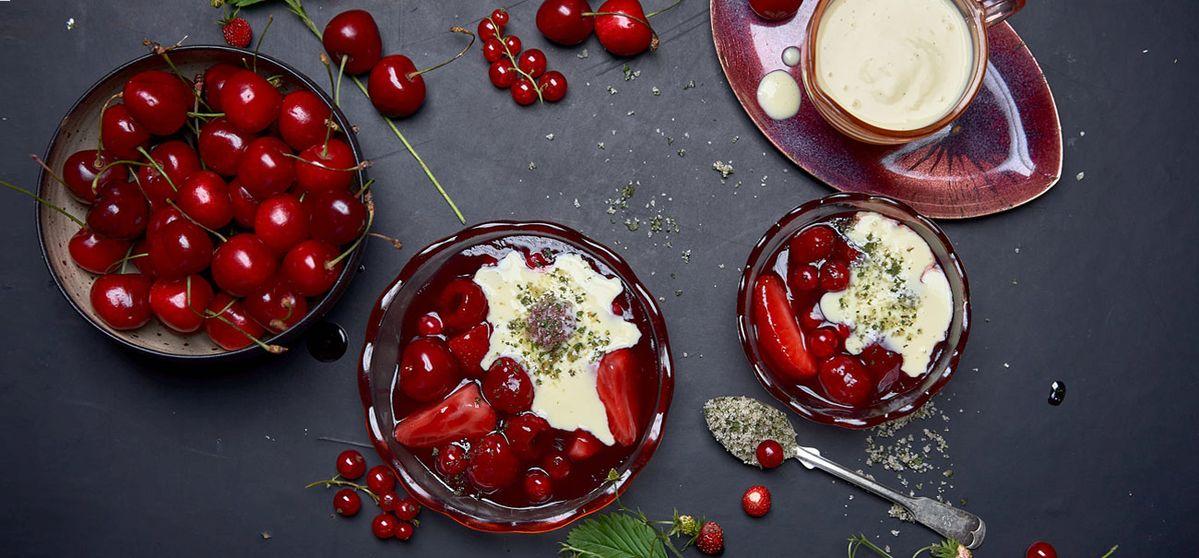 Rote Grütze mit Vanillesauce und Verbenen-Zucker